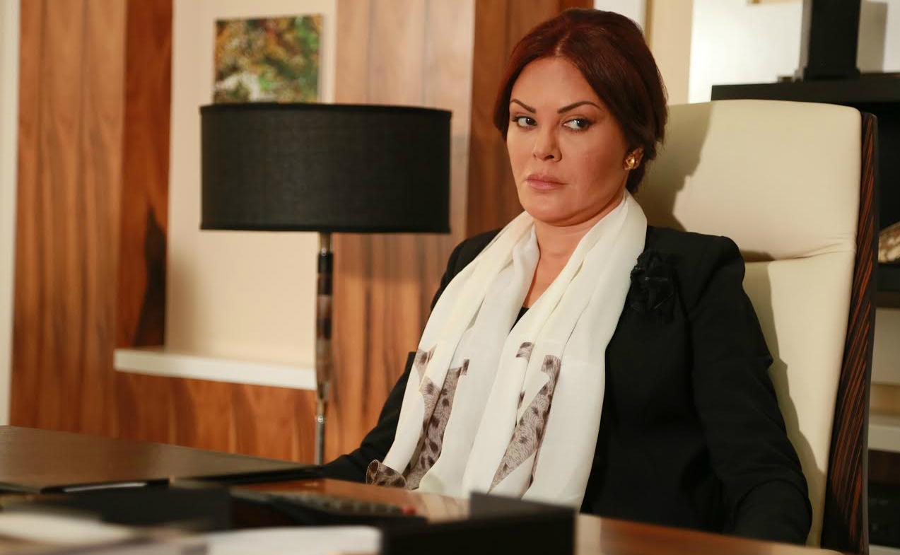الممثلة اللبنانية كارمن لبّس تتحول إلى امرأة مافيا